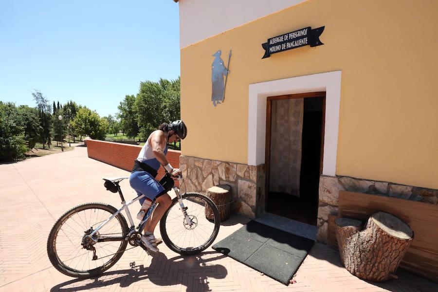Un peregrino llega en bicicleta al albergue de Mérida. ::