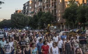 500 vecinos se manifiestan en Badajoz para mantener los olmos en Carolina Coronado