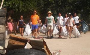Los vecinos de Proserpina limpian el parque para celebrar sus fiestas