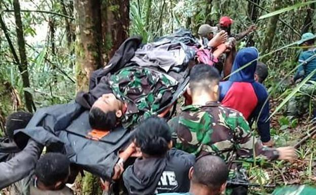 Equipos de rescate indonesios trasladan al único superviviente del accidente./AFP