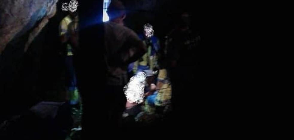Un hombre resulta herido grave y una mujer leve tras caer desde unos 15 metros en Alange