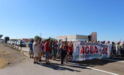 Puebla de Sancho Pérez protesta por los cortes que le dejan sin agua