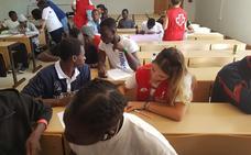 Los migrantes del CAED reciben clases de español