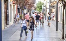 La calle Menacho pasa el verano sin microclima ni los toldos prometidos