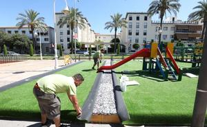 El parque infantil de Fernández López estrena suelo de césped artificial
