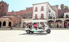 El servicio tuk-tuk solicita salir desde la Plaza Mayor de Cáceres