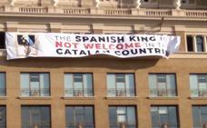 Dos pancartas de los independentistas contra el Rey