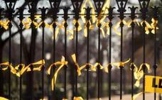 Los Mossos identifican a 14 personas por arrancar lazos amarillos en Tarragona