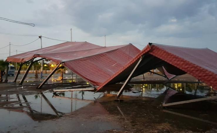 Una tormenta afecta a una carpa del recinto ferial de Mérida