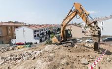 Arrancan las obras del aparcamiento de la calle Velázquez de Plasencia con el desmonte de la zona