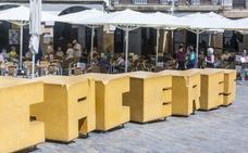 Varias personas reducen a un cliente ebrio en la Plaza Mayor de Cáceres que agredió a una mujer