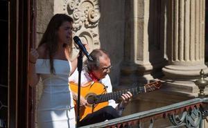 Amaia inaugura Flamenco on Fire con un recital desde el balcón del Consistorio pamplonés
