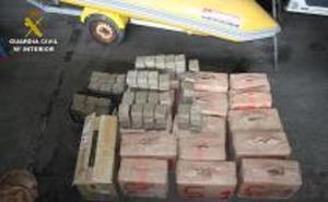 Detenidas cinco personas con más de 800 kilos de hachís ocultos en una embarcación en Caleta de Vélez