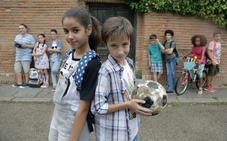 Aventuras prehistóricas, muñecos malhablados y fútbol juvenil en la cartelera