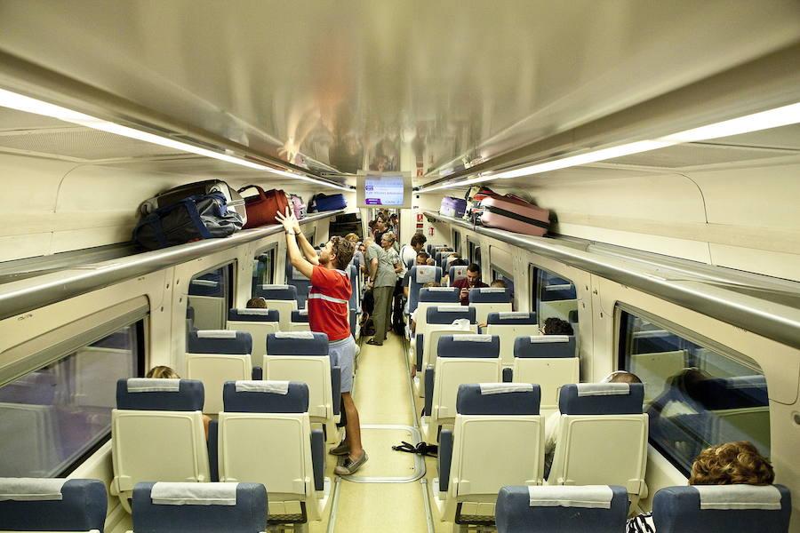 Viajeros de dos trenes realizan parte del trayecto en autobús por la falta de maquinista
