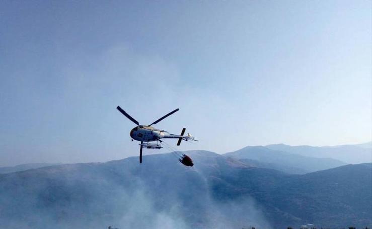 El incendio declarado en Garganta la Olla, en imágenes