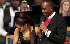 El obispo del funeral de Aretha Franklin se disculpa por tocar un pecho a Ariana Grande