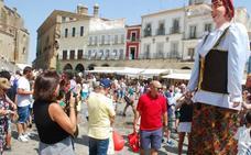 Los trujillanos se echan a la calle durante sus fiestas pese al calor