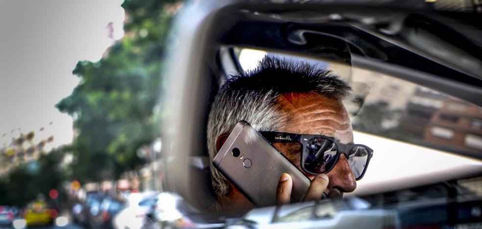 La Guardia Civil multó a 1.500 conductores en la región por usar el móvil en el coche