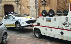 Un coche de la Policía Local se queda sin frenos en Almendralejo