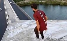 Investigan un vídeo de dos jóvenes haciendo parkour en el puente Lusitania de Mérida