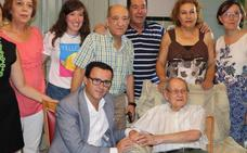 El alcalde de Villanueva visita a un vecino centenario