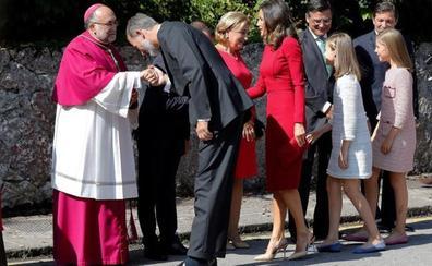 El arzobispo de Oviedo agradece al Rey «su valentía en la defensa de la libertad de España»