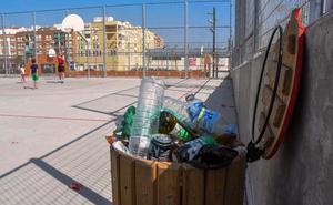 Los vecinos denuncian que no se limpian las pistas deportivas de San Roque en Badajoz