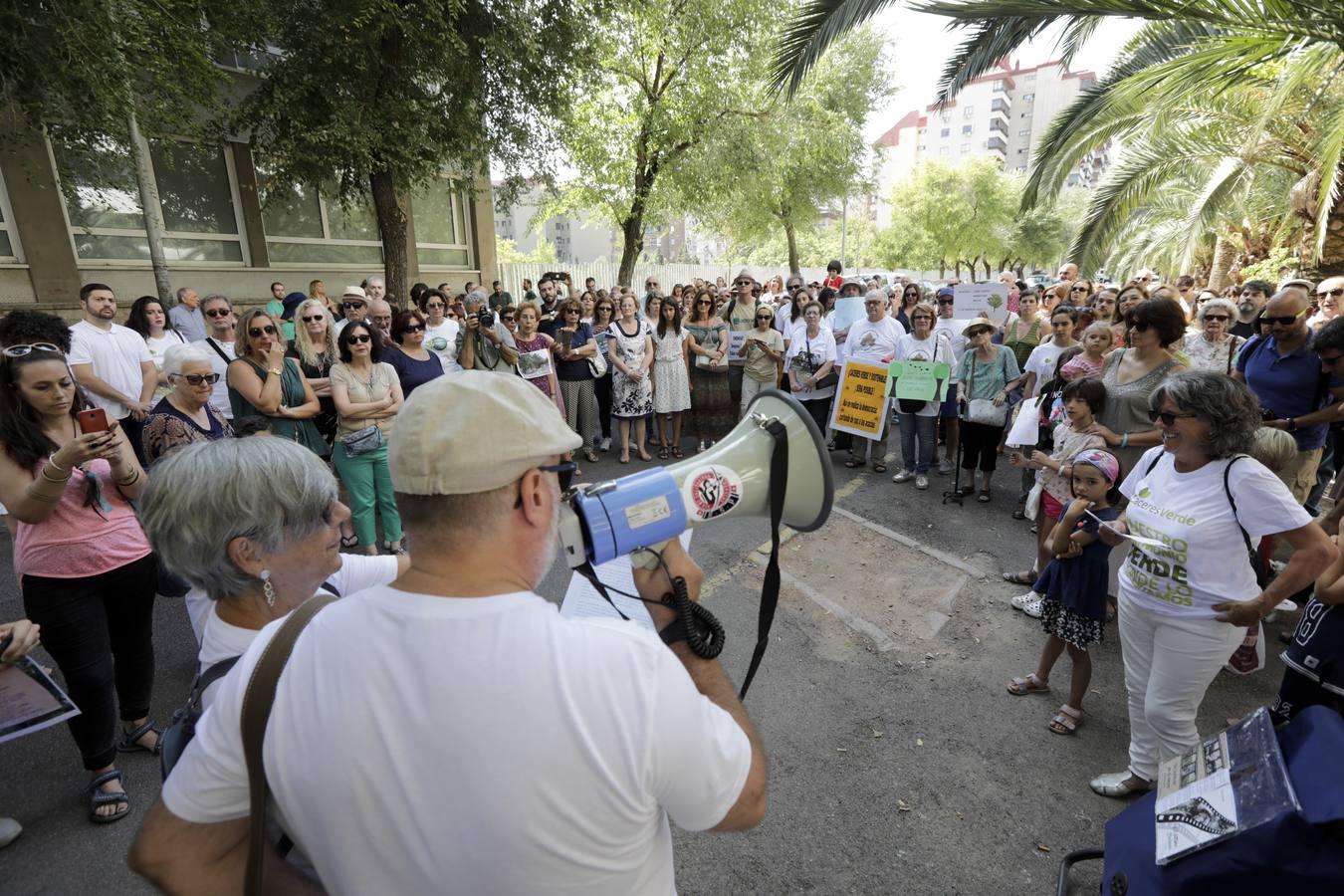 250 personas protestan por la tala de árboles en el Paseo de las Acacias en Cáceres