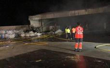 Un incendio sin daños personales daña una empresa de reciclaje de Almendralejo