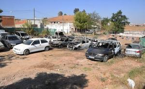 Arden 14 coches en una finca de la barriada de Tulio donde se almacenaban