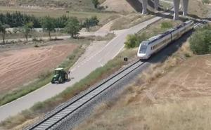Un tractor adelanta al tren de alta velocidad