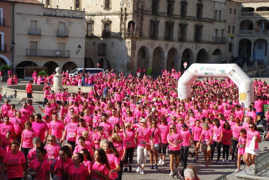 Trujillo se tiñe de rosa en la VII Marcha contra el cáncer