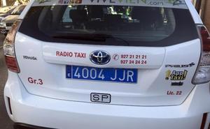 La placa de matrícula trasera de los taxis ha de ser de color azul
