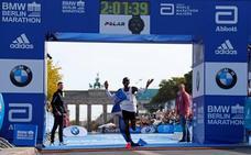 El rey Kipchoge pulveriza el récord del mundo de maratón