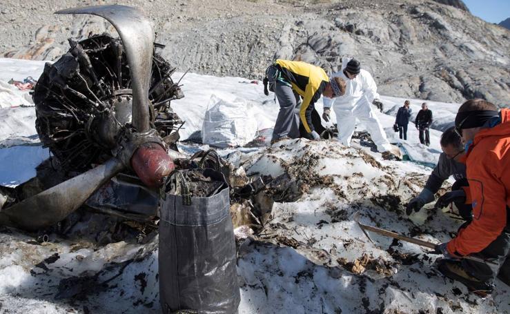 Recuperan el avión estadounidense C-53 Skytrooper Dakota en un glaciar suizo