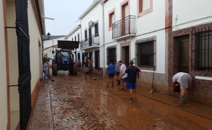 Una tormenta deja calles cubiertas de barro en La Morera