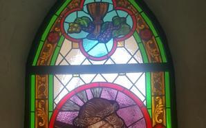 La iglesia de La Parra estrena una nueva vidriera