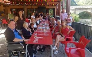 Los usuarios del centro de día de Jaraíz visitan El Lago