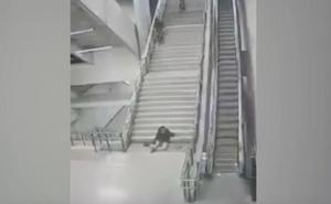 Caída espectacular por las escaleras
