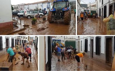 Los vecinos de La Morera se vuelcan en las labores de limpieza de calles tras la inundación