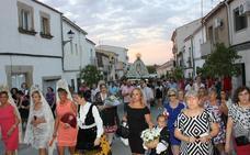 Centenares de personas arropan a la Virgen a su llegada al pueblo