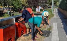 Los vecinos de Huerta Rosales desbrozan ellos mismos el parque para celebrar sus fiestas