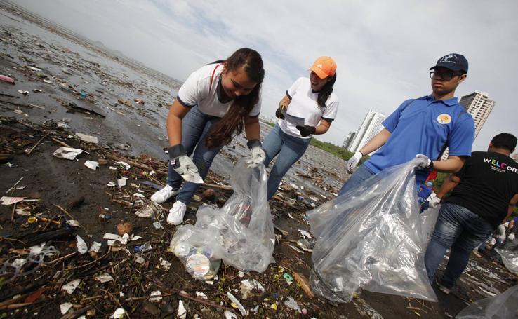 Panamá acude en masa a salvar sus playas de la basura y el plástico