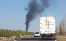 Los incendios en dos camiones obligan a cortar la A-5 en Talavera y la N-432 en Ahillones