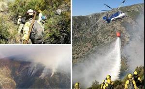 Once medios aéreos luchan contra un incendio forestal en Guijo de Santa Bárbara