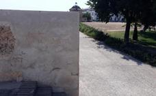 El Ayuntamiento de Badajoz limpia las últimas pintadas aparecidas en la Alcazaba