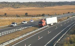 Cortan un carril de la A-5 en sentido Madrid tras la salida de vía de un camión a la altura de Trujillo