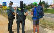 La Guardia Civil auxilia en Cañaveral a un peregrino desorientado y deshidratado