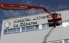 El nuevo hospital de Cáceres ya luce su nombre